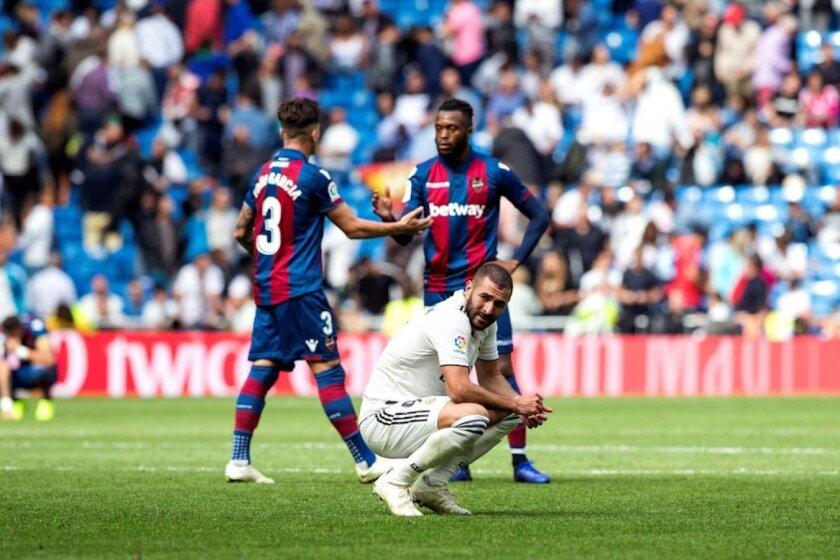 El delantero Karim Benzema (c) es el reflejo del mal momento del Real Madrid...