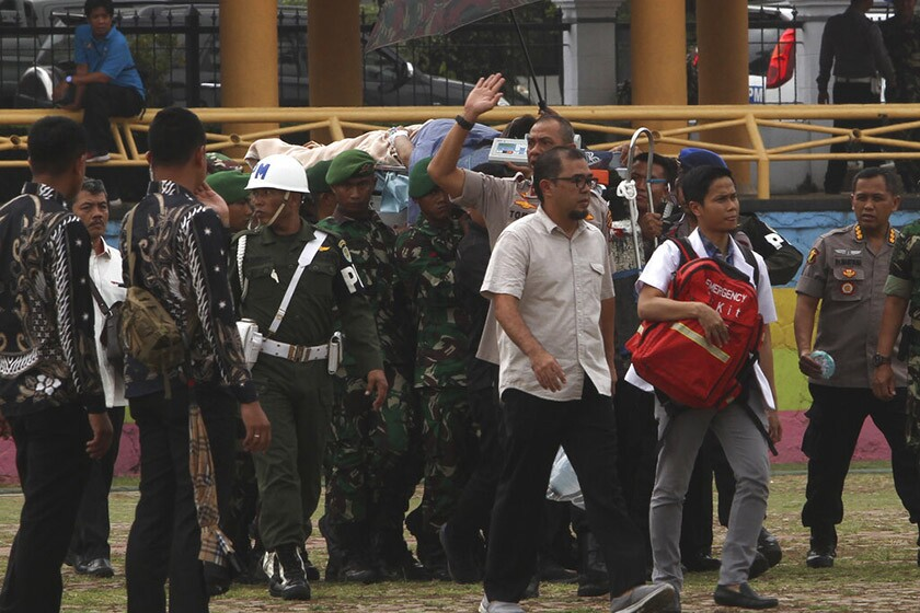 Soldiers carry Indonesian security minister Wiranto to a waiting helicopter after a stabbing attack Oct. 12 in Banten province.