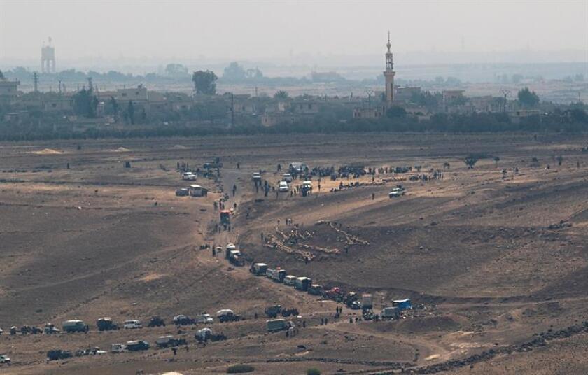 Vista aérea de los desplazamientos del pueblo sirio, que huye del conflicto abierto entre las fuerzas leales al régimen y militantes del Estado Islámico (EI) en Maariyah, al sur de los Altos del Golán. EFE/Archivo