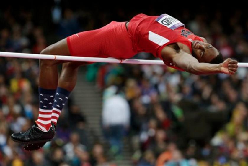 En esta foto de archivo del 7 de agosto de 2012, el estadounidense Erik Kynard libra la barra en la final del salto de altura en los Juegos Olímpicos de Londres. ¿Qué pasaría si juzgáramos a los jugadores de la NFL y los atletasolímpicos sólo por su capacidad atlética? ¿Qué sucedería si descartáramos todo excepto las estadísticas de velocidad, fuerza y salto vertical? ¿Quiénes serían los atletas superiores? (AP Foto/David J. Phillip, Archivo)