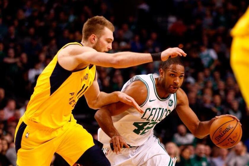El jugador de los Boston Celtics Al Horford (d), en acción durante un partido. EFE/Archivo