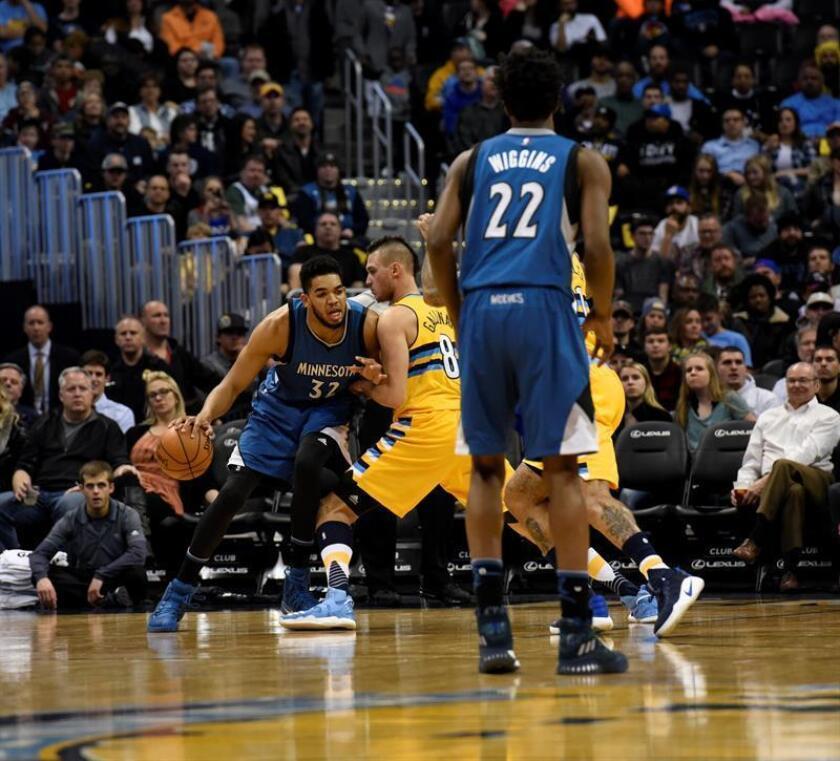 El jugador de Timberwolves Karl-Anthony Towns (i) protege el balón ante la marca de Danilo Gallinari (c), de Nuggets, durante un partido por la NBA entre Timberwolves y Nuggets, en Denver (EE.UU.). EFE
