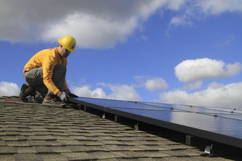 Hombre instala un panel solar.