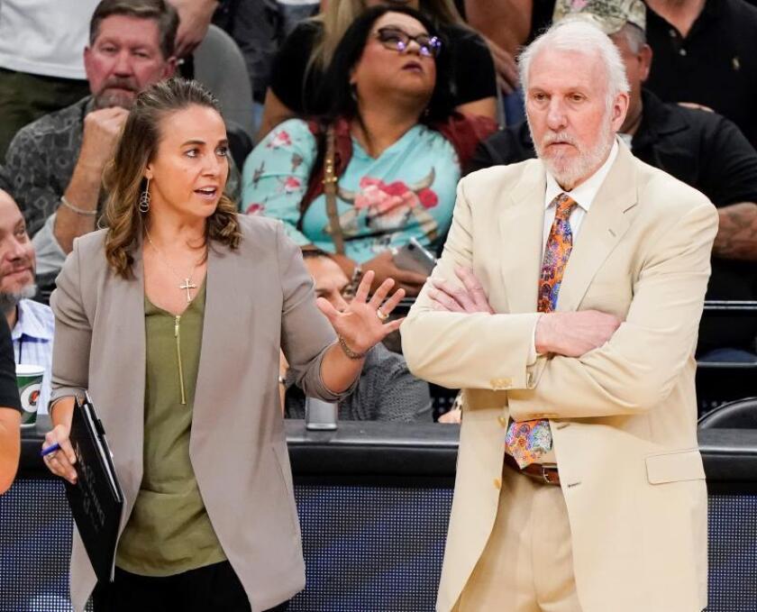 El entrenador de los San Antonio Spurs Gregg Popovich (d), durante el partido de hoy. EFE
