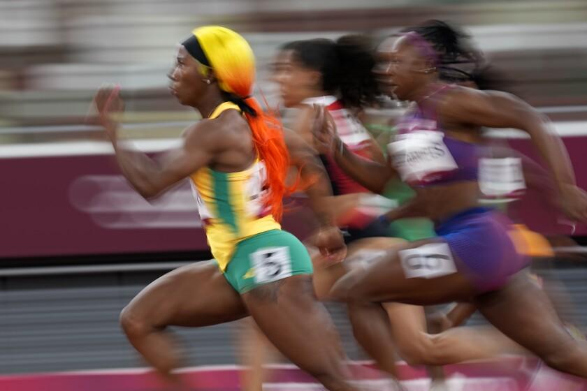 La jamaiquina Shelly-Ann Fraser-Pryce corre en la semifinal de los 100 metros, el sábado 31 de julio de 2021,