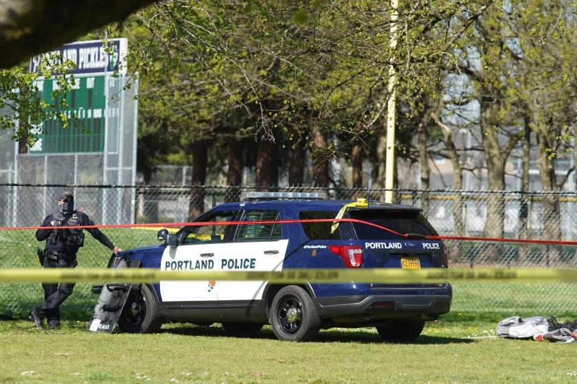 Un agente de policía de Portland, Oregon, vigila después de la muerte a tiros de un hombre