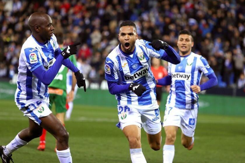 El delantero marroquí del Leganés Youssef En-Nesyri (c) celebra su gol ante el Alavés durante el partido de Liga en Primera División que disputan esta noche en el estadio de Butarque de la localidad madrileña. EFE