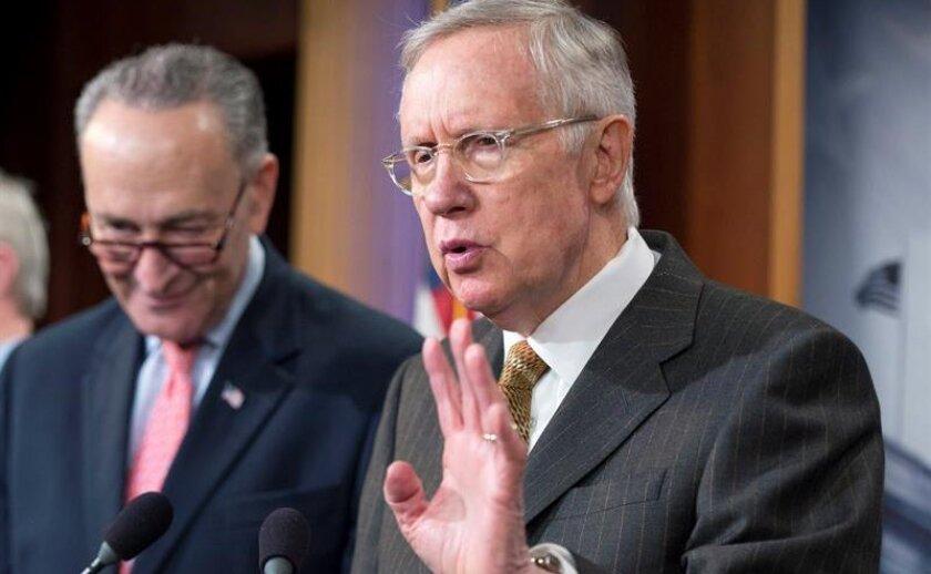 El líder de la minoría demócrata en el Senado, Harry Reid (d), da una rueda de prensa. EF