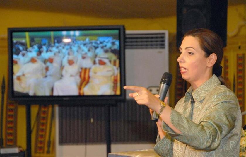 La economista y candidata al parlamento Rola Dashti, se dirige a las asistentes a un acto sobre las elecciones parlamentarias en la ciudad de Kuwait, el lunes 26 de junio de 2006. EFE/Archivo