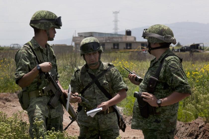 """Soldados vigilando la casa a medio construir por la que escapó el capo del narcotráfico Joaquín """"El Chapo"""" Guzmán"""