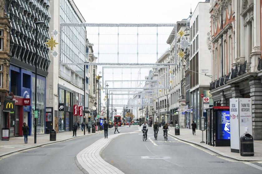 La escena en Oxford Street en Londres, en medio de la pandemia del coronavirus, el 21 de noviembre del 2020. (Dominic Lipinski/PA via AP)