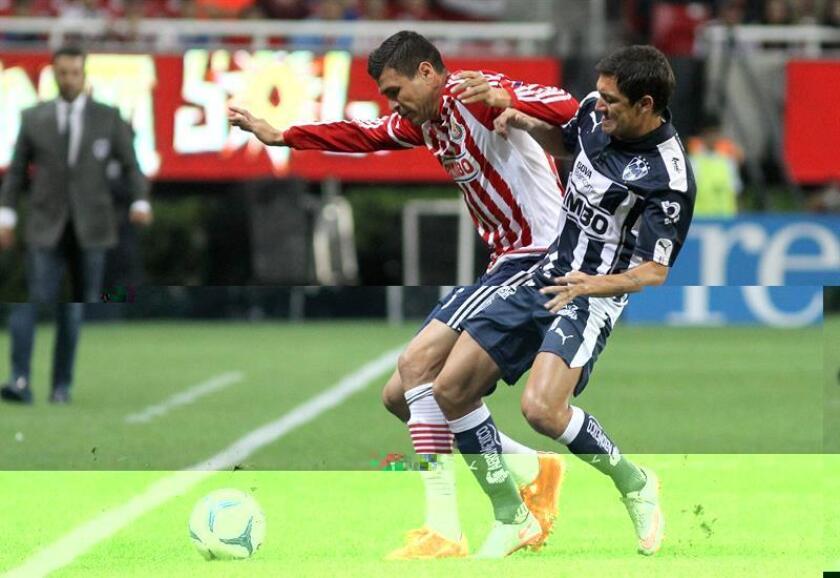 El centrocampista mexicano Jorge Enríquez (i), del Santos Laguna del fútbol mexicano, reconoció hoy sentir emoción porque su equipo debutará en el torneo Clausura 2017 contra el Tigres que es el campeón vigente. EFE/ARCHIVO