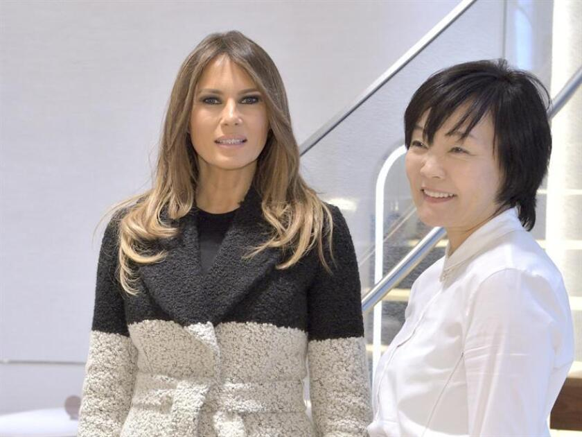 US First Lady Melania Trump (L) converses with Japanese First Lady Akie Abe (R) as they tour the Mikimoto Ginza Main Store in the fashionable Ginza district of Tokyo. EFE/EPA/POOL/Archivo