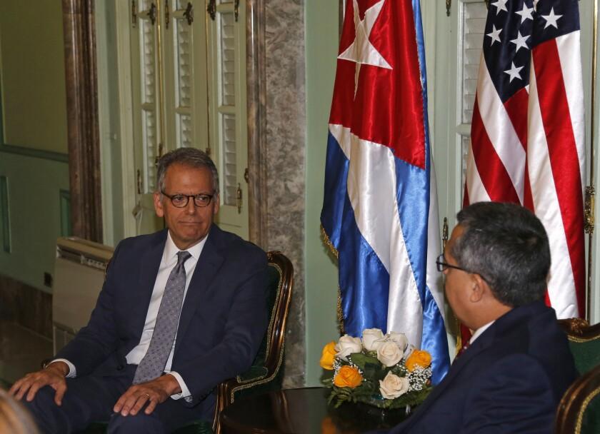 El jefe de la Sección de Intereses estadounidense en Cuba, Jeffrey DeLaurentis (iZquierda), y el ministro interino de Exteriores de Cuba, Marcelino Medina, durante una reunión antes de la entrega de una carta del presidente de EE.UU. Barack Obama a su homólogo cubano, Raúl Castro, en La Habana, Cuba, el 1 de julio de 2015. Las respectivas misiones diplomáticas, llamadas Secciones de Intereses, se convertirán en embajadas a partir del 20 de julio, aunque el Departamento de Estado de Estados Unidos dijo que no tiene todavía una fecha para la ceremonia formal.