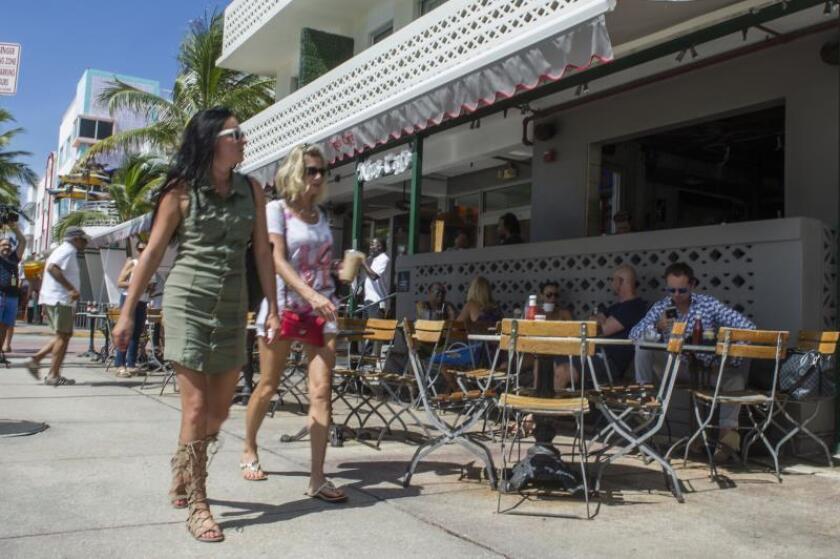 Unas turistas caminan frenta al local News Cafe en el famoso Ocean Drive en Miami Beach, Florida. EFE/Giorgio Viera/Archivo
