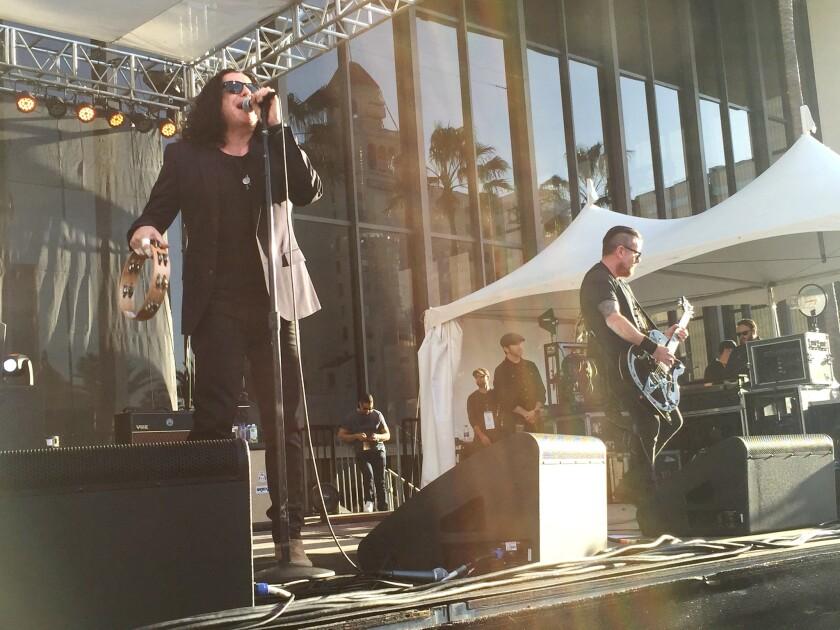 El vocalista Ian Astbury y el guitarrista Billy Duffy, de la banda británica The Cult, durante la presentación del sábado pasado en el Toyota Grand Prix de Long Beach.