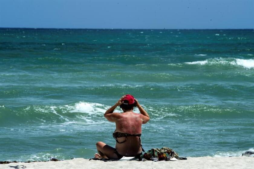 Un bañista es visto en la zona de South Beach, Florida. EFE/Giorgio Viera/Archivo