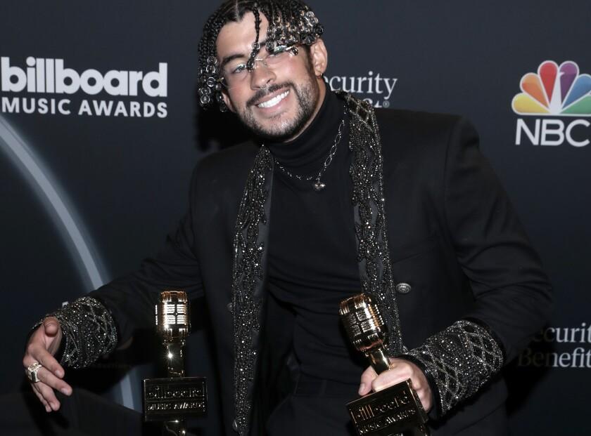 """Bad Bunny gana los premios """"Top Latin Artist"""" y """"Top Latin Album""""."""