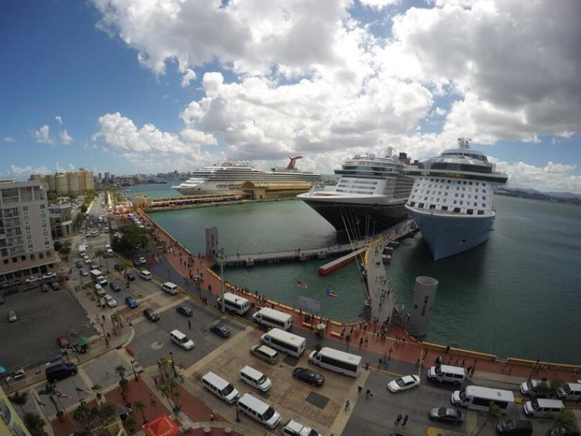 Fotografía de archivo donde se observan unos cruceros en los muelles del Viejo San Juan. EFE/Archivo