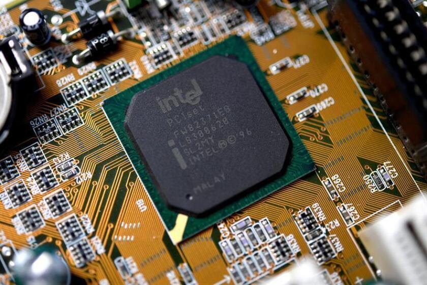 La firma tecnológica Intel obtuvo un beneficio neto de 9.601 millones de dólares al cierre de 2017, un 7 % menos, debido en parte al impacto de la reforma fiscal, que le reportó pérdidas en el último trimestre. EFE/ARCHIVO