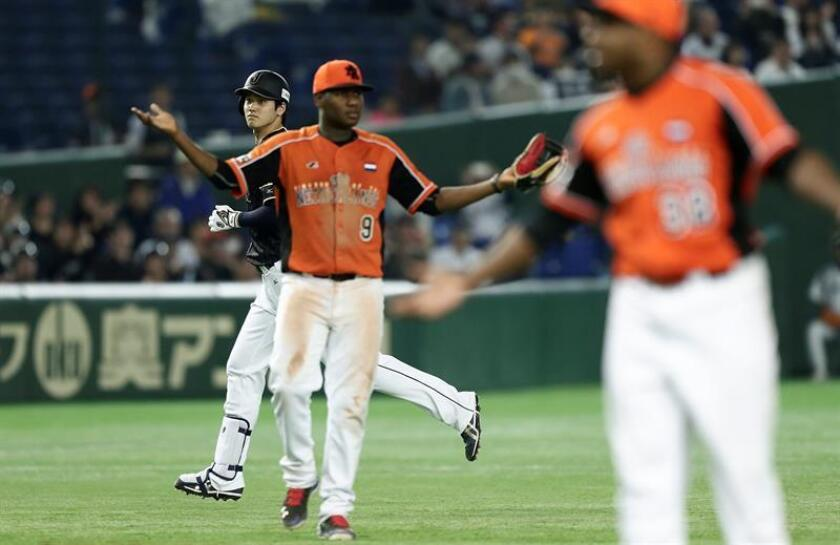 Japan'Äôs Pitcher and Designated hitter Shohei Ohtani (L) runs after hitting a double against Netherlands'Äô Pitcher Mike Bolsenbroek during the seventh inning of the second game of the exhibition baseball game between Japan and Netherlands at Tokyo Dome in Tokyo. EFE/Archivo