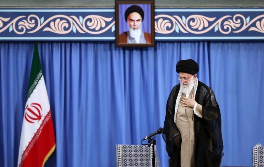 Fotografía cedida hoy por la Oficina del Líder Supremo iraní, que muestra al líder supremo iraní, el Ayatollah Sayed Ali Khamenei, mientras es aclamado durante un encuentro en Teherán, Irán. EFE
