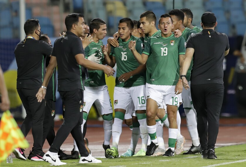 Erwin Saavedra, #16, festeja con sus compañeros de la selección boliviana un gol contra Paraguay