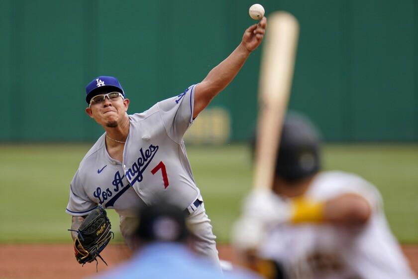 El abridor de los Dodgers de Los Ángeles, Julio Urías, trabaja en el primer inning del juego ante los Piratas de Pittsburgh, el jueves 10 de junio de 2021, en Pittsburgh. (AP Foto/Gene J. Puskar)