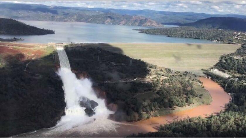 Por primera vez desde que concluyó la construcción de la represa californiana de Oroville, en 1968, se activó el desagüe de emergencia de esa estructura para intentar reducir el volumen de agua acumulada y evitar que esta se derrame poniendo en riesgo la vida de centenares de miles de personas.