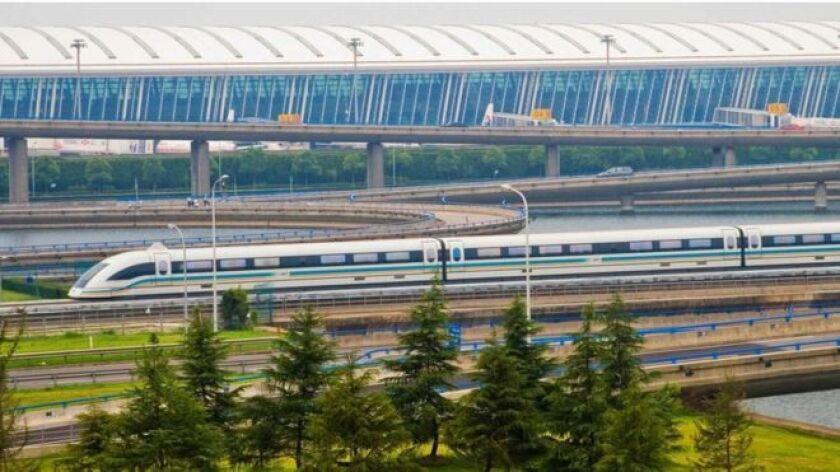 El tren de levitación magnética de Shanghái conecta el Aeropuerto Internacional de Pudong con la red de metro de la ciudad, con velocidades de hasta 430km/h, más de un tercio de la velocidad del sonido.