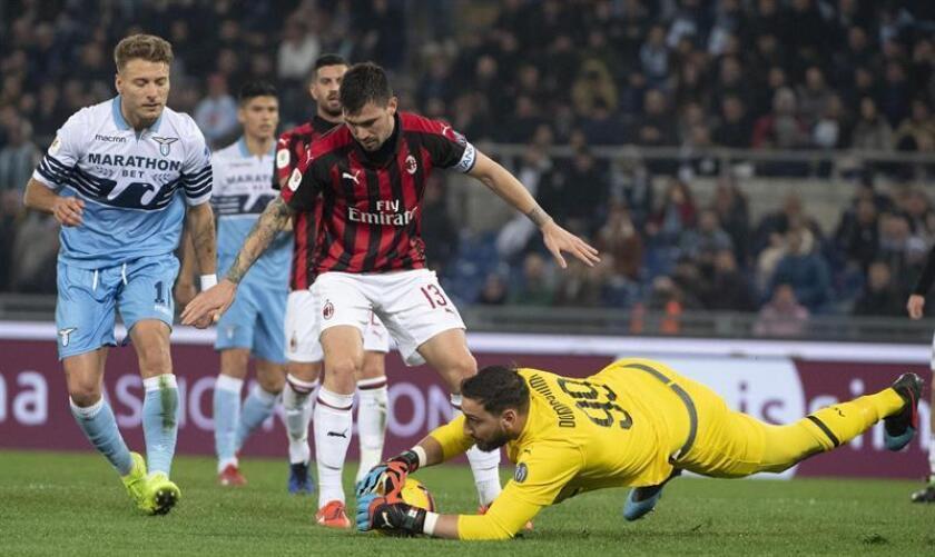 El portero del Milan Gianluigi Donnarumma en acción durante el partido de ida por la semifinal de la Copa Italia entre el SS Lazio y el AC Milan este martes, en el estadio Olímpico de Roma (Italia). EFE