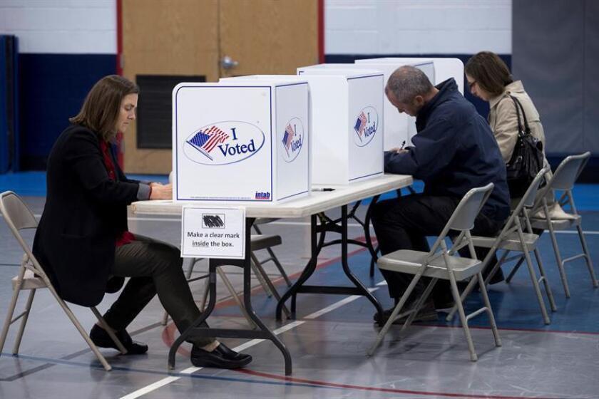 Votantes rellenan sus papeletas antes de ejercer su derecho al voto en EEUU. EFE/Archivo
