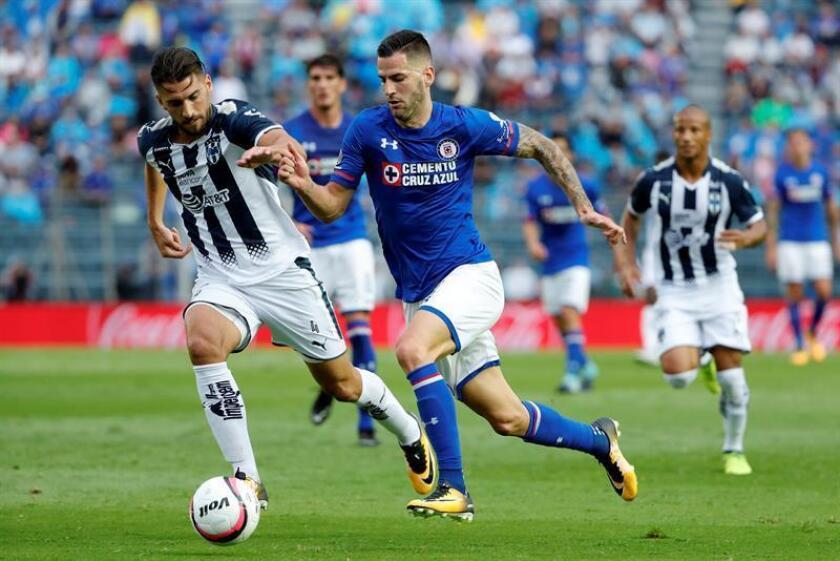 El uruguayo Nicolás Sánchez (izq), defensa de los Rayados del Monterrey, líderes del Apertura mexicano, dijo hoy que su escuadra quiere terminar como líder del torneo y hará lo posible por asegurar su posición. EFE/ARCHIVO