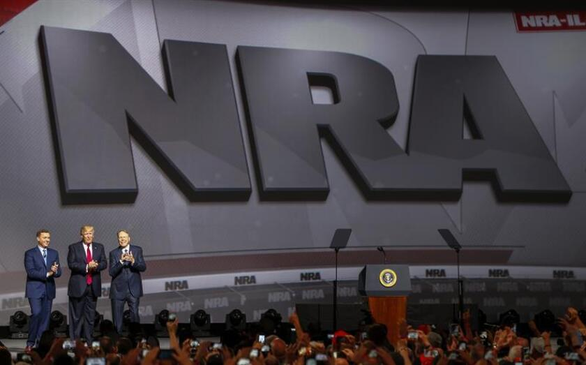 """El presidente, Donald Trump, dijo hoy que no planea """"ir en contra"""" de la poderosa Asociación Nacional del Rifle (NRA) en el debate sobre las armas en su país, e insistió en que es necesario armar a algunos profesores para evitar que las escuelas sean """"un imán para la gente malvada"""". EFE/Archivo"""