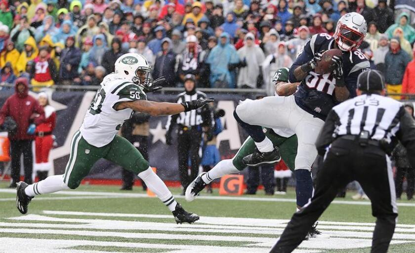 En la imagen un registro de Darron Lee (i), apoyador de los Jets de Nueva York, quien fue sancionado con cuatro partidos de suspensión por la NFL al violar la Política y el Programa de Sustancias prohibidas. EFE/Archivo