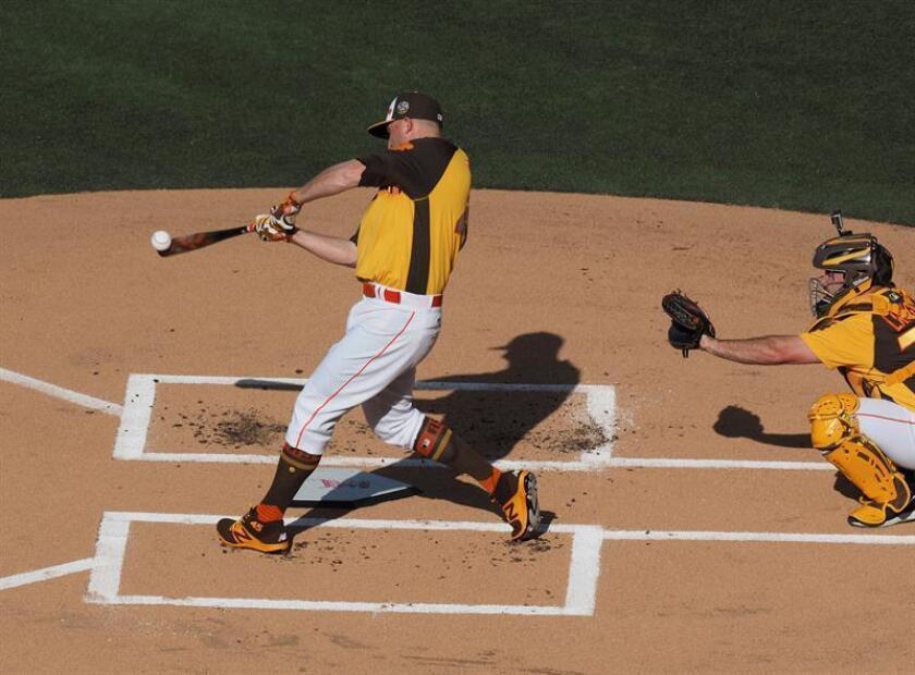 En la imagen un registro de Mark Trumbo, guardabosques de los Orioles de Baltimore, quien aportó dos jonrones que remolcaron cuatro carreras en el triunfo de su equipo 6-9 sobre los Vigilantes de Texas. EFE/Archivo