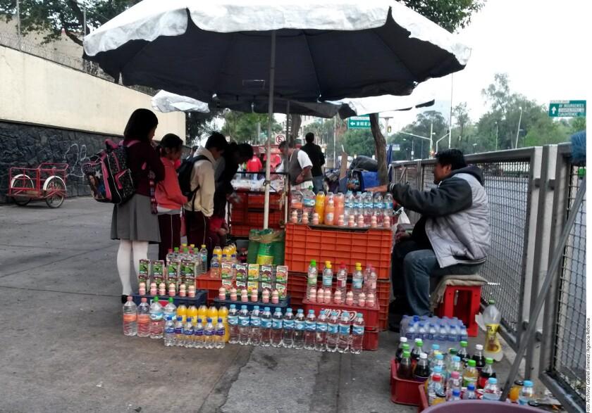 En México los impuestos a alimentos industrializados y bebidas azucaradas deberían ser más estrictos ante los problemas de obesidad, aseguran expertos.