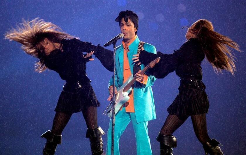 Fotografía de archivo fechada el 4 de febrero de 2007. El cantante y músico estadounidense Prince, actúa durante el espectáculo del descanso de la XLI Super Bowl de fútbol americano, en el Dolphin Stadium de Miami, Florida (EE.UU.). EFE/Archivo
