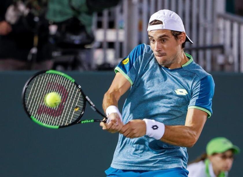Guido Pella de Argentina devuelve una bola a Mikhail Youzhny de Rusia hoy, miércoles 21 de marzo de 2018, durante un partido de tenis de la primera ronda del Abierto de Miami, en Miami (EE.UU.). EFE