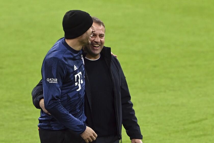 El técnico del Bayern Múnich Hans Flick acompaña a Javi Martínez