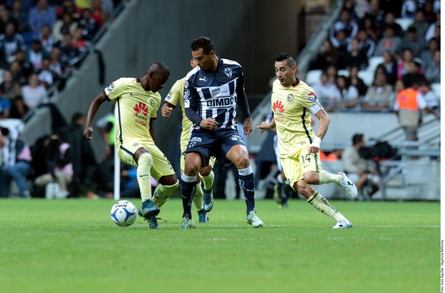 El argentino Rogelio Funes Mori y el colombiano Edwin Cardona (d) anotarony Monterrey remontó para vencer 2-1 al América, en partido clave en sus aspiraciones de avanzar a la liguilla.