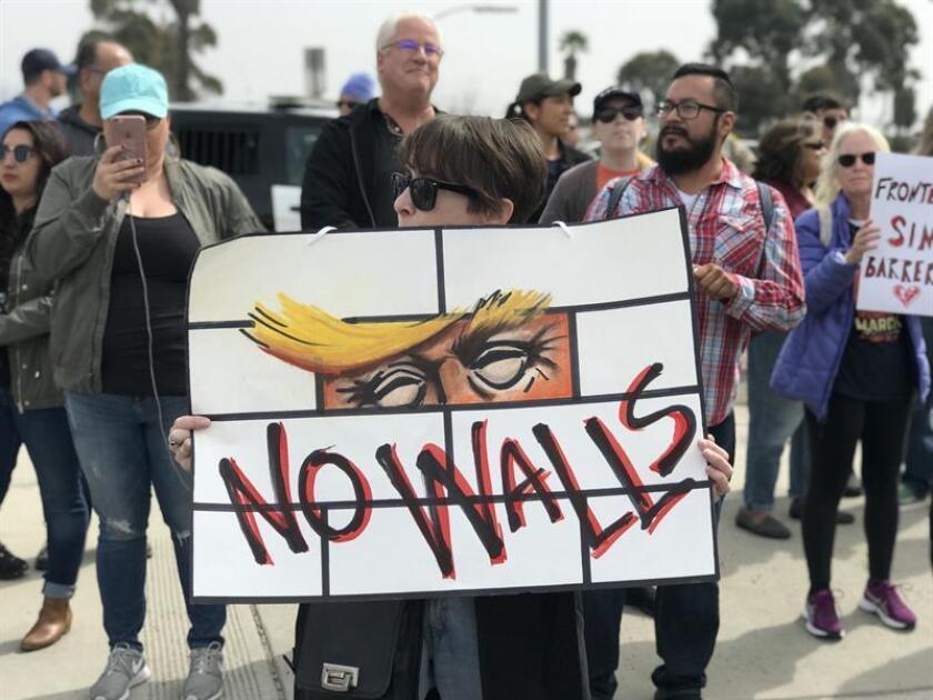 Un grupo de activistas contra la construcción del muro fronterizo entre México y Estados Unidos se manifiestan. EFE/Archivo