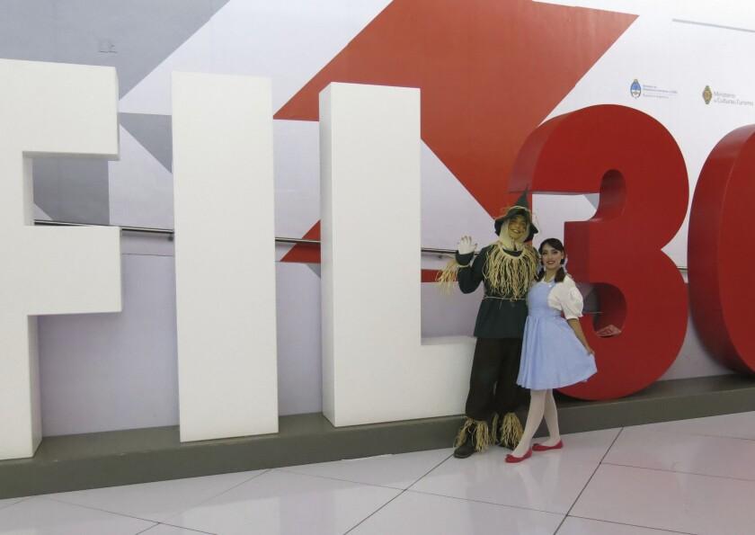"""Promotores de """"El Libro Total"""" vestidos como personajes del Mago de Oz"""