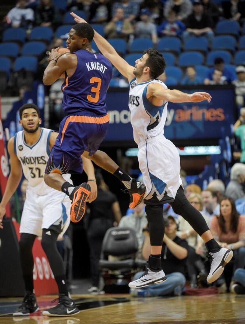 Brandon Knight (c) de Suns, durante un partido de la NBA. EFE/Archivo