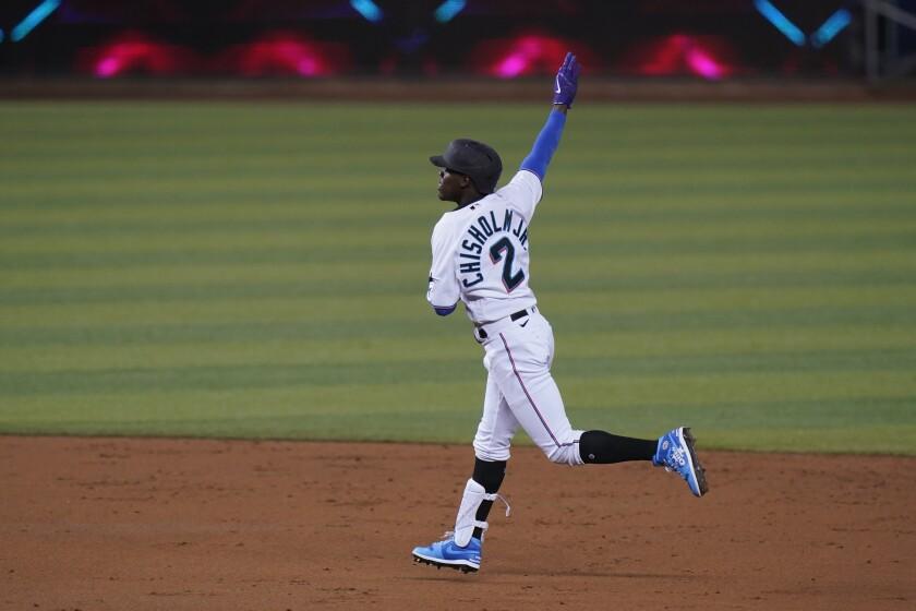 Jazz Chisholm Jr., de los Marlins de Miami, celebra su jonrón de tres carreras en el segundo inning del juego ante los Rockies de Colorado, el jueves 10 de junio de 2021, en Miami. (AP Foto/Wilfredo Lee)