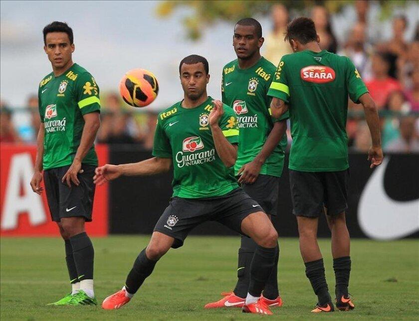 Los jugadores brasileños Jadson (i), Lucas (2-i), Paulinho (2-d) y Neymar (d) participan en un entrenamiento del equipo nacional el pasado 30 de mayo, en Río de Janeiro (Brasil). EFE