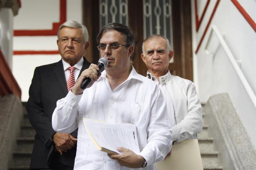 El presidente electo de México, Andrés Manuel López Obrador (i), acompañado del secretario de Relaciones Exteriores, Marcelo Ebrard y el jefe de la oficina de la Presidencia, Alfonso Romo (d). EFE/Archivo