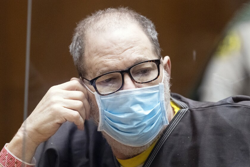 El ex productor cinematográfico y violador convicto Harvey Weinstein, de 69 años, usa un cubrebocas detrás de un acrílico.