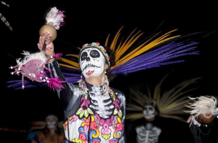 """Fotografía fechada el 10 de octubre de 2018, que muestra a decenas de personas mientras participan en un pase especial del festival """"Día de los Muertos"""", en el Hollywood Forever Cemetery, en Hollywood, California (EE.UU.). EFE"""