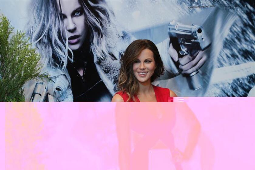 """La actriz inglesa Kate Beckinsale posa a su llegada a la alfombra roja de la película """"Inframundo: Guerras de Sangre"""". EFE/Archivo"""